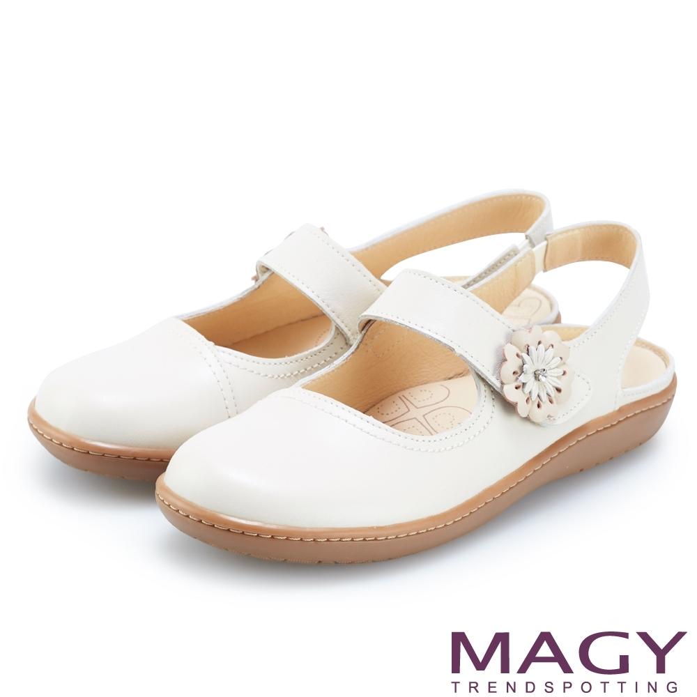 MAGY 經典甜美舒適 皮革花朵點綴後空休閒平底鞋-米白