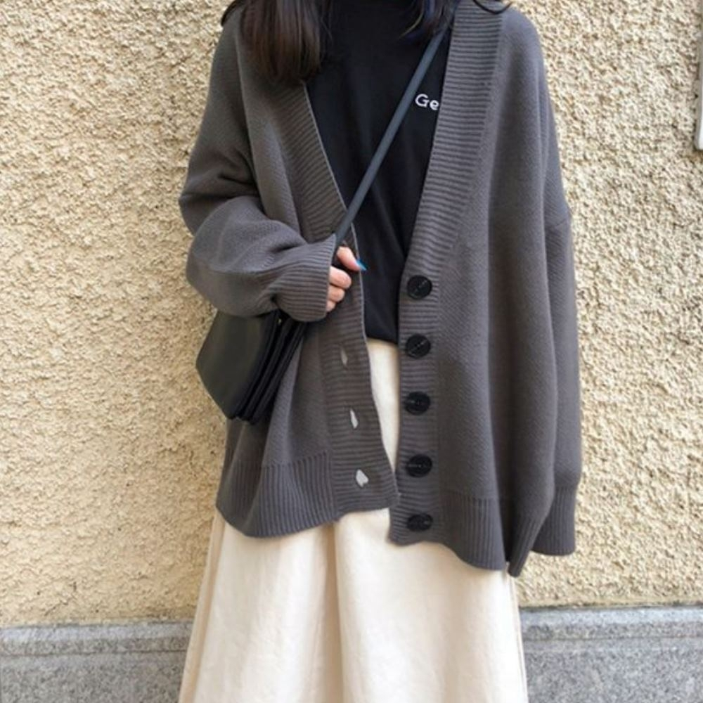 MOCO素面V領羅紋滾邊慵懶風設計感黑色排釦寬鬆針織毛衣外套L~4XL