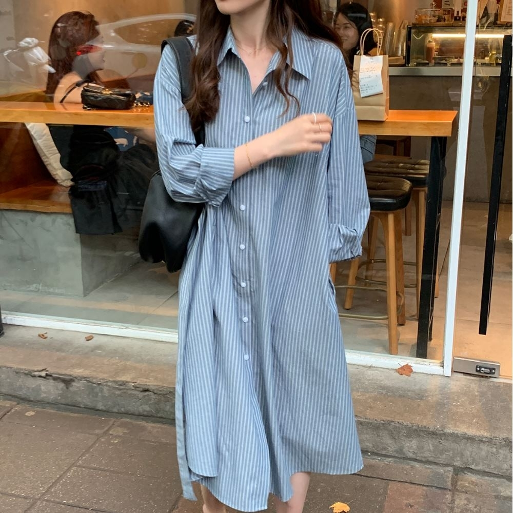 MOCO藍白雙線條紋排釦附綁帶長版襯衫洋裝外套L~4XL