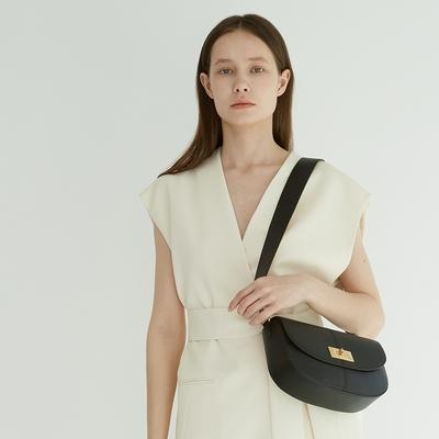 【Elegance】TOV 轉鎖牛皮側背包-黑色