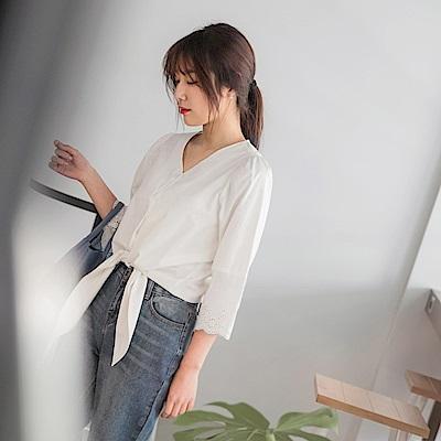 高含棉袖口鏤空雕花V領排釦綁帶上衣-OB大尺碼