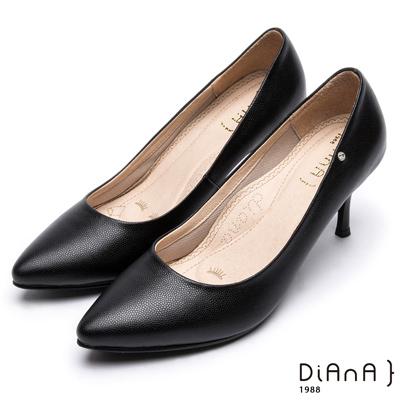 DIANA尖頭微光澤質感壓紋真皮跟鞋-漫步雲端焦糖美人款-黑