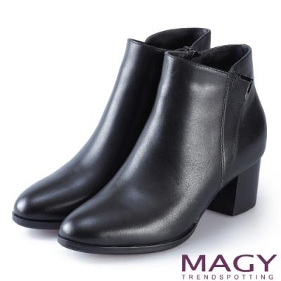 MAGY 紐約時尚步調 金屬V型扣環牛皮粗跟短靴-黑色