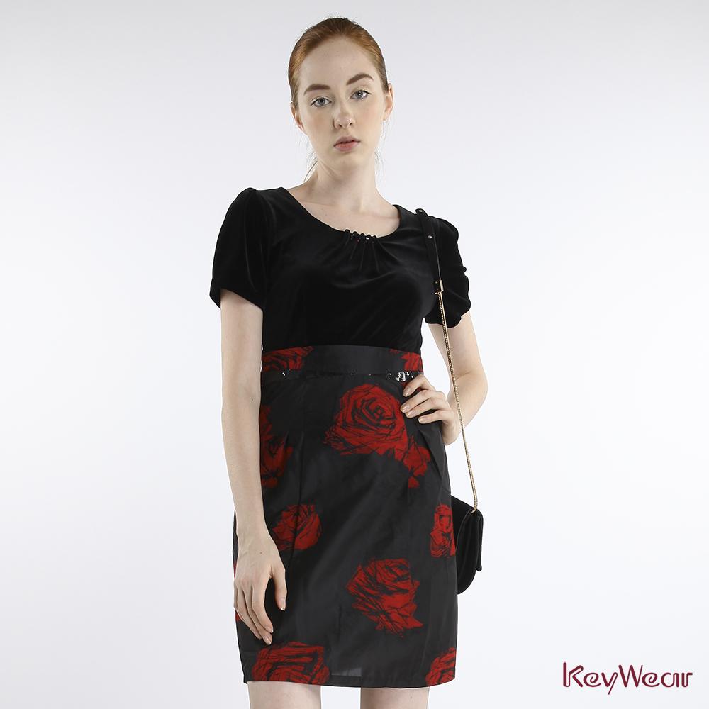 KeyWear奇威名品    紅玫瑰光澤黑短袖洋裝-紅色