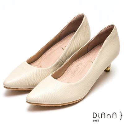 DIANA素雅壓紋羊皮尖頭高跟鞋-漫步雲端厚切焦糖美人-米