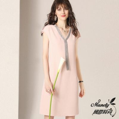 Mandy國際時尚 V領寬鬆顯瘦醋酸緞流蘇鏈條無袖洋裝 (3色)【法式服飾】