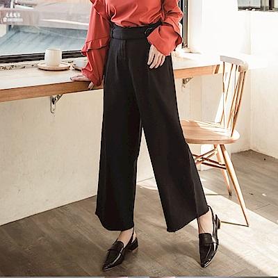 iMODA STAR-臧芮軒。純色高含棉琥珀造型腰帶下襬抽鬚寬褲