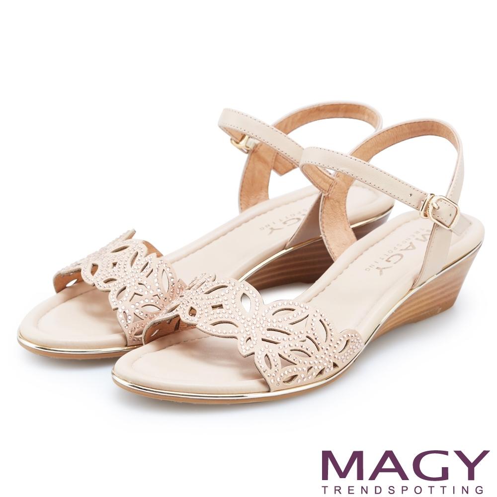 MAGY 異國渡假風 簍空花瓣水鑽造型楔型涼鞋-粉色
