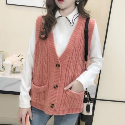 La Belleza素色V領三釦雙口袋麻花包心紗柔軟針織背心
