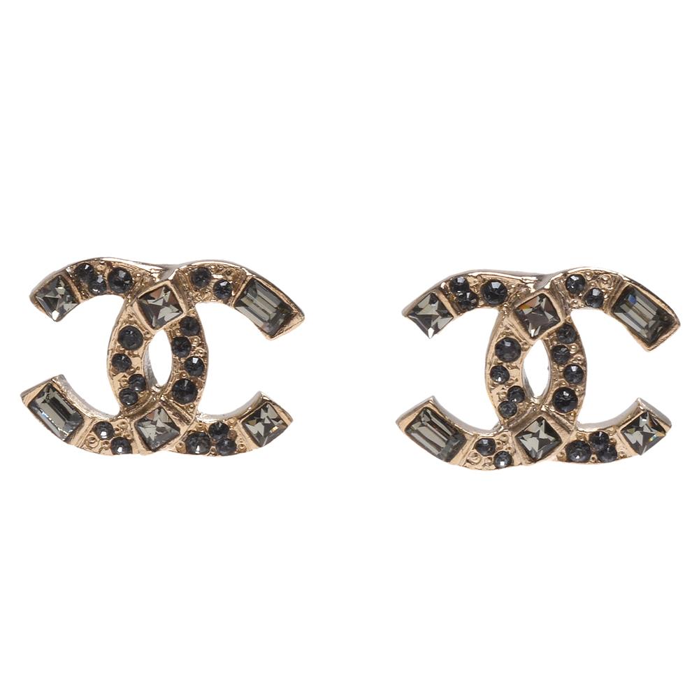 CHANEL 經典CC LOGO綠色寶石鑲飾造型穿式耳環(金色)