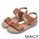 MAGY 休閒渡假風 寬版幾何簍空牛皮厚底涼鞋-棕色