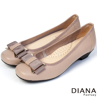 DIANA 優雅姿態 – 異材質蝴蝶結真皮方頭低跟娃娃鞋-米