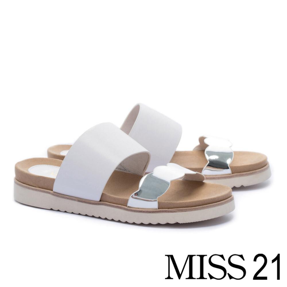 拖鞋 MISS 21 俏皮金屬波浪滾邊寬帶造型牛皮厚底拖鞋-白