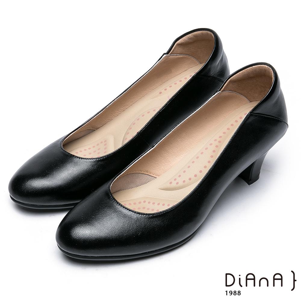 DIANA 漫步雲端厚切輕盈美人款—素雅經典真皮跟鞋-黑
