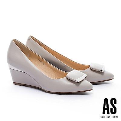 高跟鞋 AS 簡約典雅質感金屬元素方釦羊皮尖頭楔型高跟鞋-米