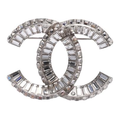 CHANEL 經典雙C LOGO水晶排列鑲嵌金屬胸針(銀)