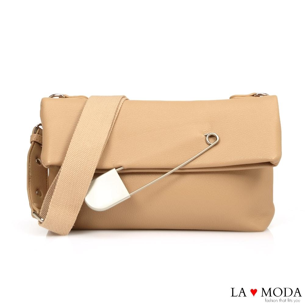 La Moda 時尚感破表大別針裝飾翻摺設計肩背郵差包(杏)