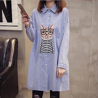 中大尺碼貓咪繡線圖案藍色條紋排釦長版襯衫XL~4L-Ballet Dolly
