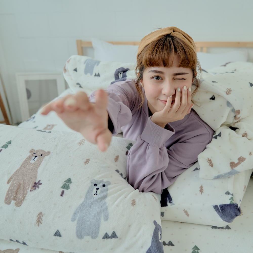 AmissU 北歐送暖法蘭絨雙人加大床包兩用毯被四件組  奇幻樂熊