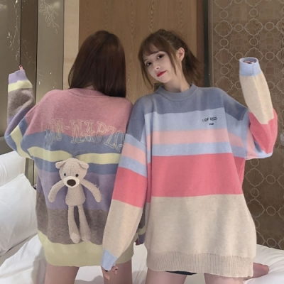 La Belleza彩色橫條配色背小熊圖案英文字彩虹針織毛衣(附小熊玩偶)