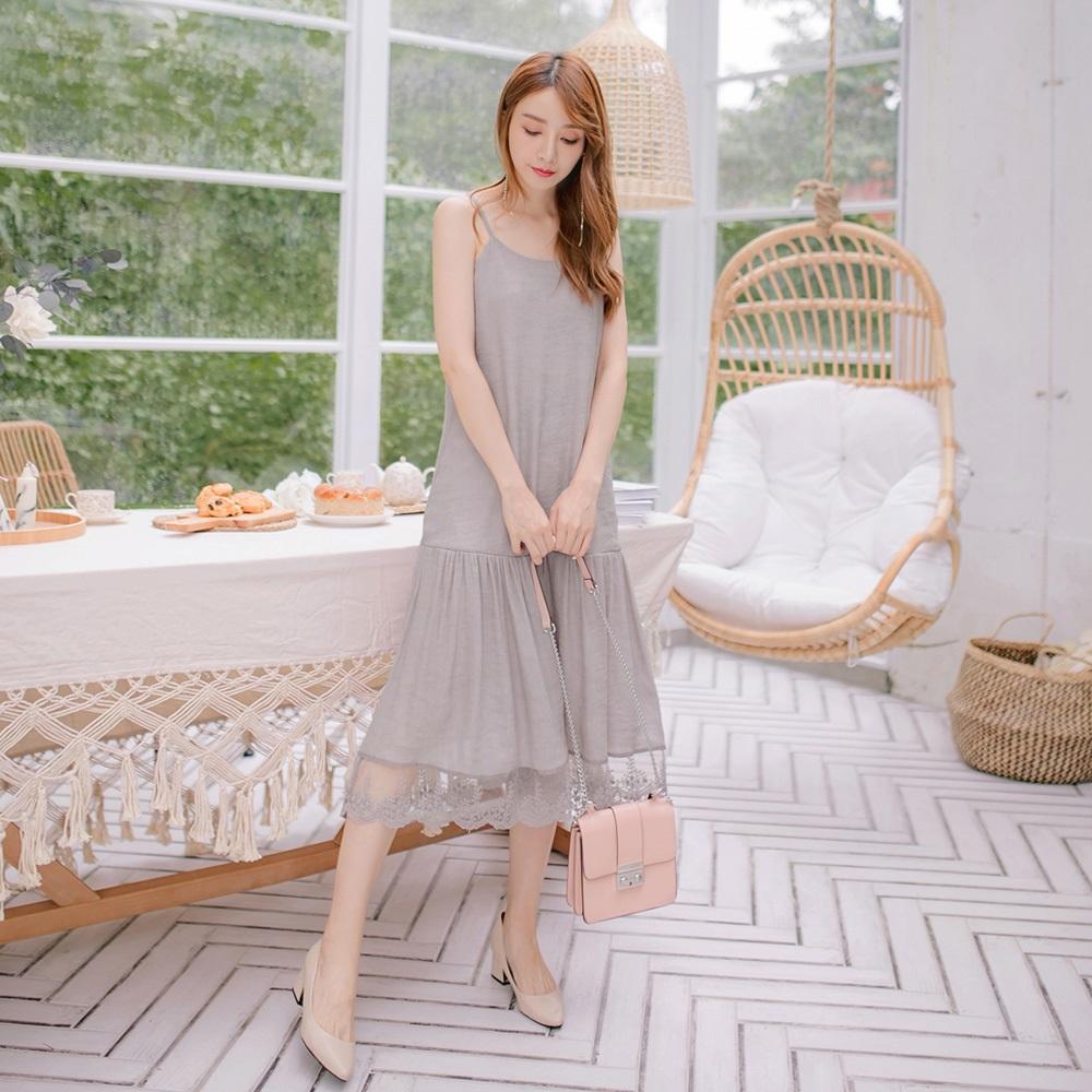 荷葉裙襬蕾絲網紗拼接純色細肩帶中長洋裝-OB大尺碼