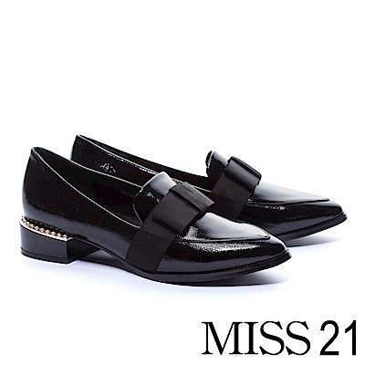 低跟鞋 MISS 21 英倫尖頭珍珠點綴造型樂福低跟鞋-黑
