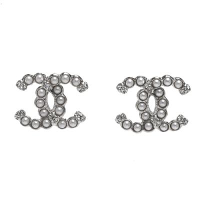 CHANEL 經典珍珠雙C LOGO水鑽鑲飾造型穿式耳環(銀)