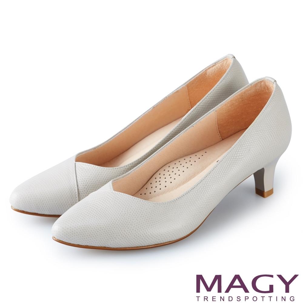 MAGY 氣質首選 壓紋牛皮V口尖頭高跟鞋-灰色