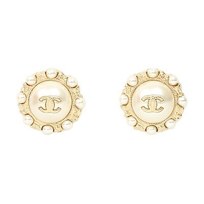 Chanel 經典雙C LOGO珍珠鑲嵌圓環針式耳環(金/米白)