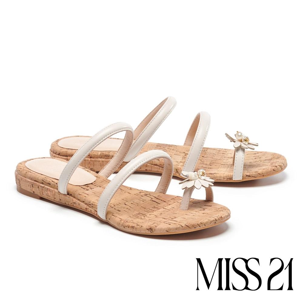 拖鞋 MISS 21 清新度假風珍珠貝飾條帶楔型低跟拖鞋-白