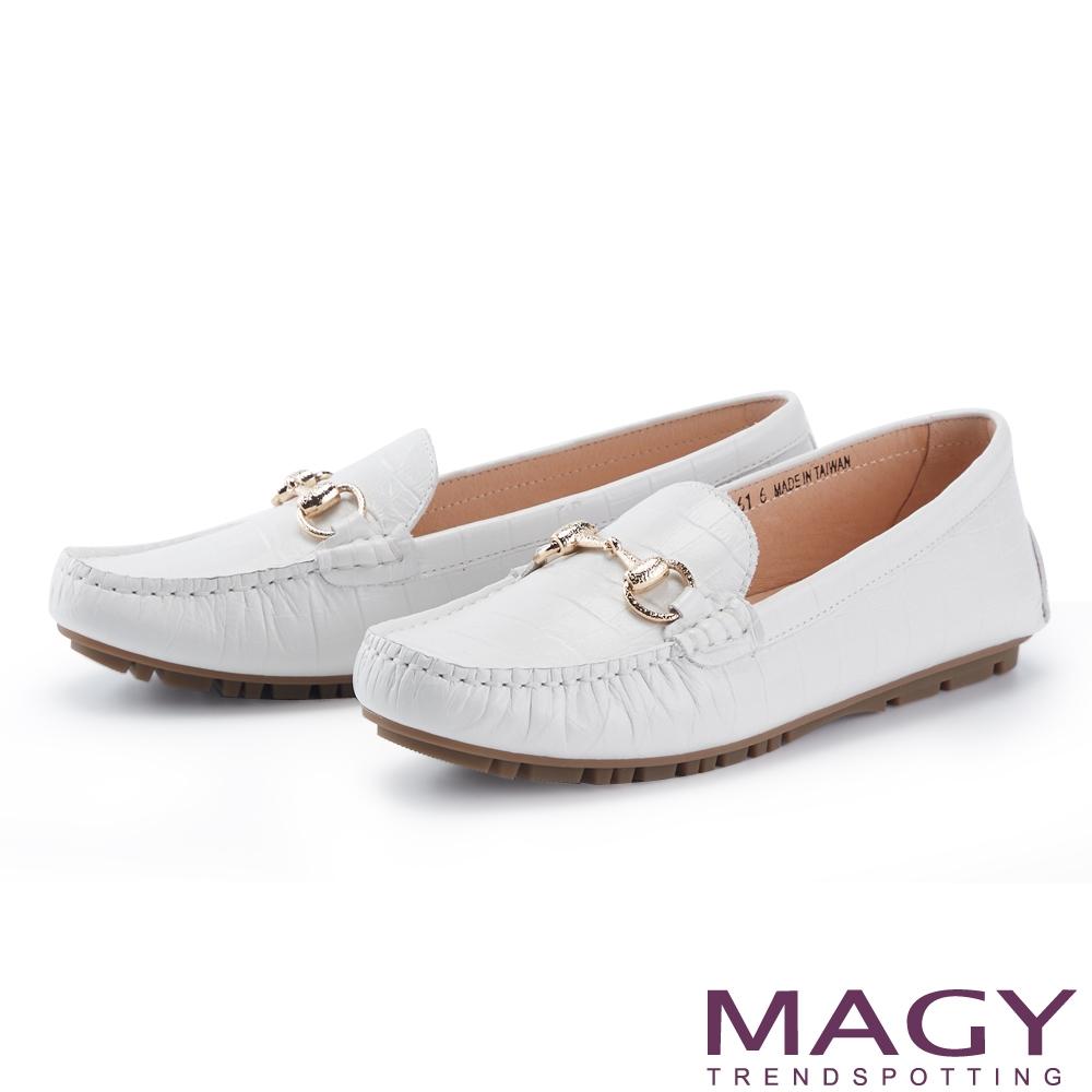 MAGY 馬銜釦質感壓紋牛皮 女 平底鞋 白色