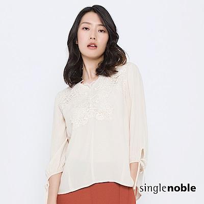 獨身貴族 柔美氛圍拼接蕾絲袖綁帶上衣(2色)
