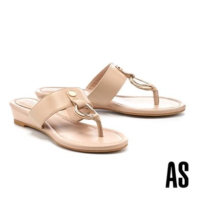 拖鞋 AS 俐落個性金屬帶釦全羊皮T字楔型低跟拖鞋-米