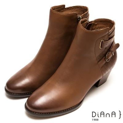 DIANA壓紋真牛皮質感繞帶粗跟短靴-帥氣潮流-棕