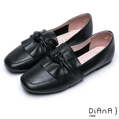 DIANA 簡約知性–抓皺球結真皮方頭休閒鞋-黑