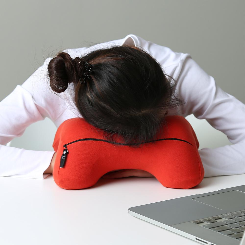 米夢家居-午睡防手麻-多功能記憶趴睡枕/飛機旅行車用護頸凹槽枕-紅(二入)