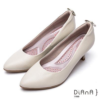 DIANA 漫步雲端 輕盈美人—知性壓紋蝴蝶結真皮跟鞋-米