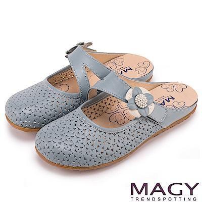MAGY 經典甜美舒適 皮革花朵點綴半包式懶人鞋-淺藍