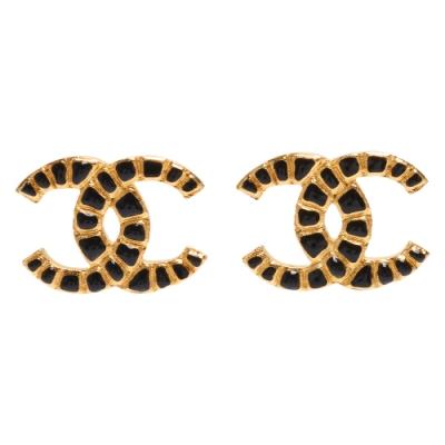 CHANEL 經典大雙C LOGO琺瑯鑲飾造型穿式耳環(黑X金)
