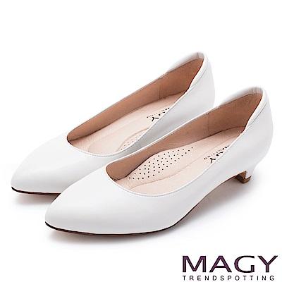 MAGY 親膚OL通勤款 柔軟羊皮防磨腳尖頭低跟鞋-白色