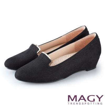 MAGY 復古休閒 金屬飾條壓紋布面楔型低跟鞋-黑色