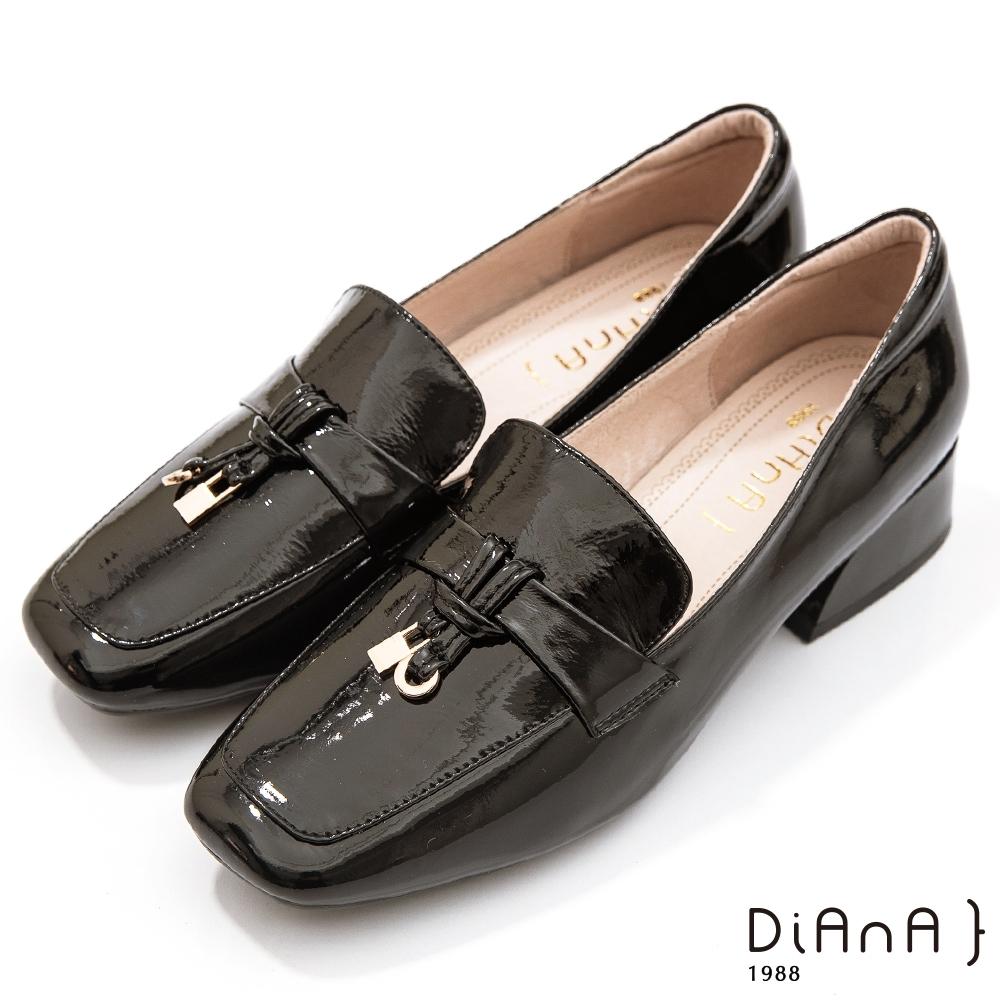 DIANA 3.5公分繽紛糖果牛皮漆皮金屬釦飾方頭便士樂福跟鞋-漫步雲端焦糖美人款-黑糖黑
