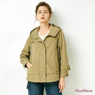 KeyWear奇威名品    人氣款時尚短版風衣-灰綠色
