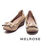 高跟鞋 MELROSE 珍珠金屬圓飾釦柔軟全真皮楔型高跟鞋-米