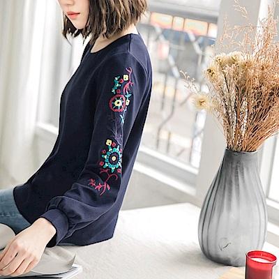刺繡袖口壓褶橫壓紋上衣-OB大尺碼