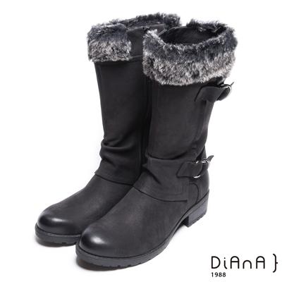DIANA 質感玩味–暖心絨毛率性擦色雙釦帶長靴-黑