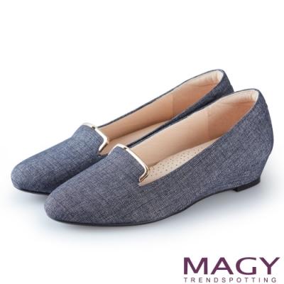 MAGY 復古休閒 金屬飾條壓紋布面楔型低跟鞋-藍色