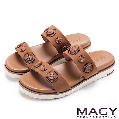 MAGY 異國渡假風 質感牛皮造型裝飾平底拖鞋-棕色