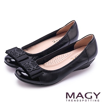 MAGY 甜美混搭新風貌 蝴蝶結雕花五金真皮楔型鞋-黑色