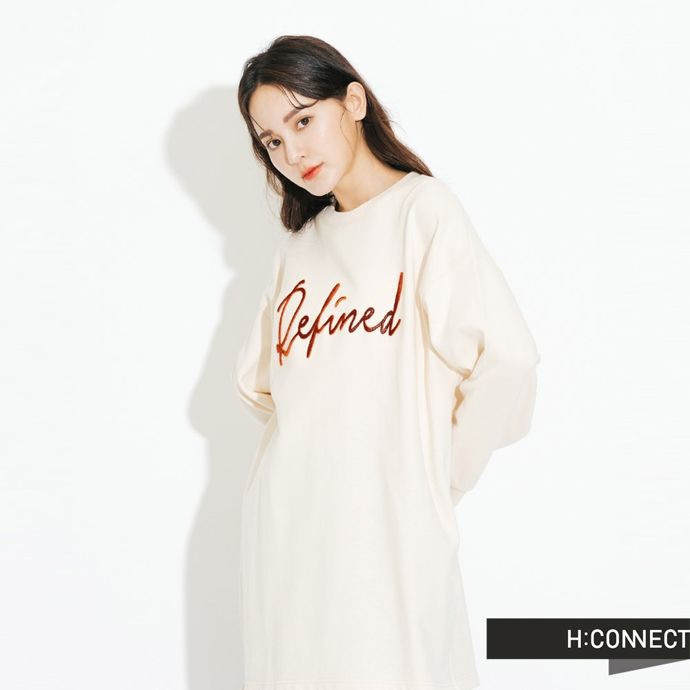 H:CONNECT 韓國品牌 女裝-立體繡字落肩休閒上衣-卡其